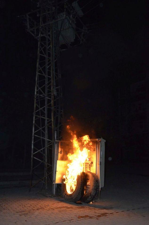 Elektriksiz Kalan Mahalleli  Yine Trafoyu Ateşe Verdi