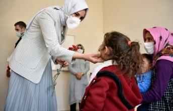 Başkan Çakmak'tan kadınlara karanfil ve plaket