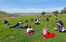 Öğrenciler güneşli havada okuma şenliğinde kitap okudu