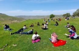 Öğrenciler güneşli havada okuma şenliğinde kitap...