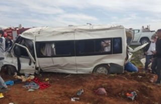 Siverekli işçileri taşıyan minibüs kaza yaptı:...