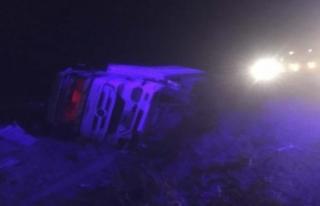 Şarampole devrilen tırın sürücüsü yaralandı