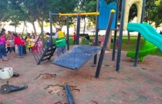 Siverek'te çocuk oyun parkındaki oyuncaklara çirkin...