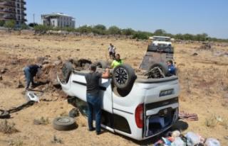 Siverek'te hafif ticari araç şarampole devrildi:...