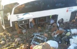 Yolcu otobüsü devrildi çok sayıda yaralı var