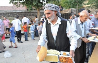 Siverek'te Okul Bahçesinde Verilen İftar Yemeklerine Yoğun İlgi