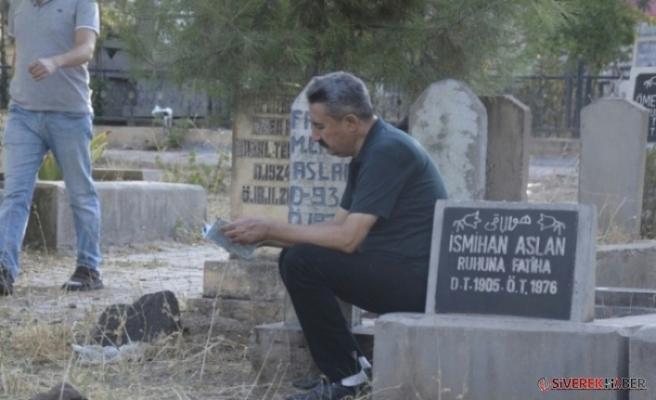 Siverek'te Bayram Sabahında Vatandaşlar  Mezarlığa  Akın  Etti