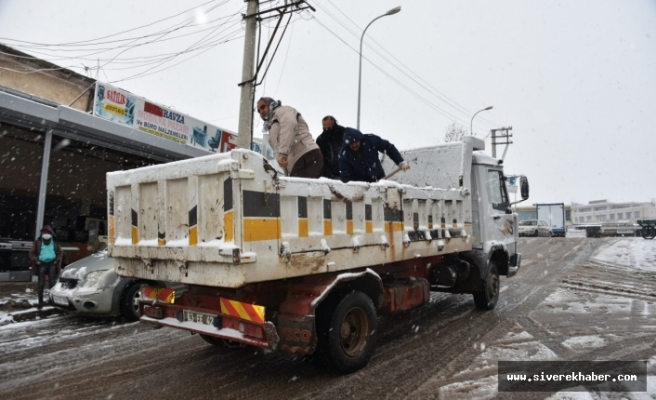 Belediye ekiplerinden buzlanmaya karşı tuzlama çalışması