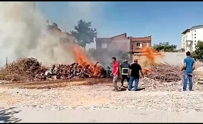 Şanlıurfa'nın Siverek ilçesinde satılmak amacıyla toplanan odunlarda yangın çıktı
