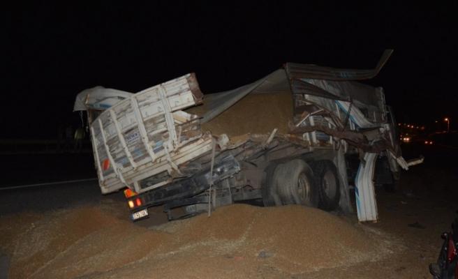 Siverek'te Buğday yüklü kamyon ile tır çarpıştı; 1'i ağır 3 kişi yaralandı.