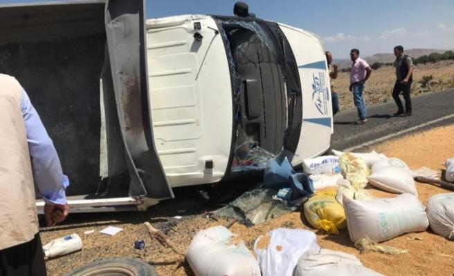 Şanlıurfa'nın Siverek İlçesi'nde  buğday yüklü kamyonet devrildi! Araçta bulunan 2 kişi yaralandı