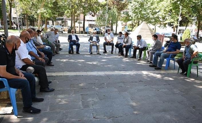 Siverek'te Muhtarların Belediye Önünde Oturma Eylemi